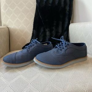 Boys Toms casual lace up navy shoes size 4